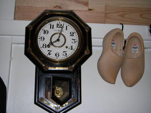 柱時計と木靴